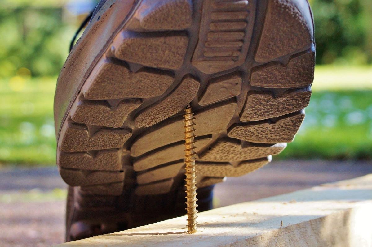 【踏み抜き防止】安全靴と合わせて揃えたい『鉄板インソール』が必要な職場とその理由