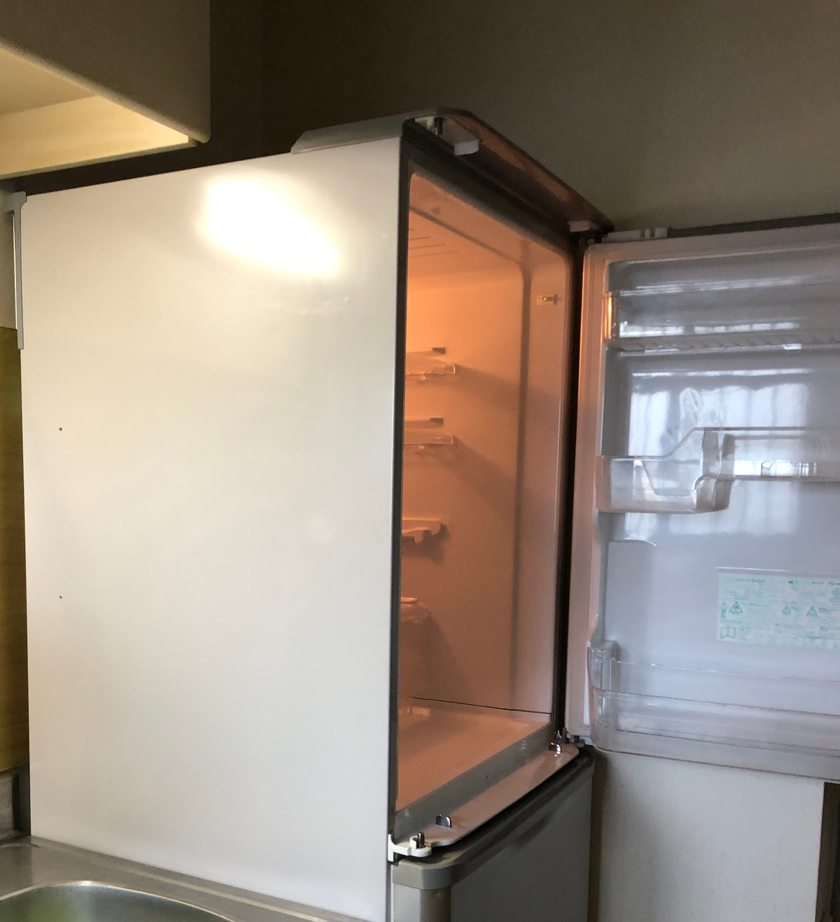 中古冷蔵庫を開ける